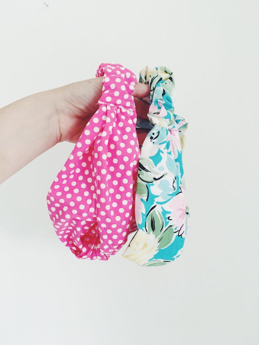 Sy et smukt knudepandebånd i lækkert stof. De er et hit hos store og små modtagere. Brug evt. en gammel skjorte eller nogle rester af stof. Find en syguide hos  Olinesmor .