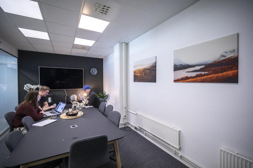 """Møterom med møteromsfolk, selveste lederne av flokken!  På veggen henger """"Narvik 1"""" og """"Gjevillvassdalen 1"""""""