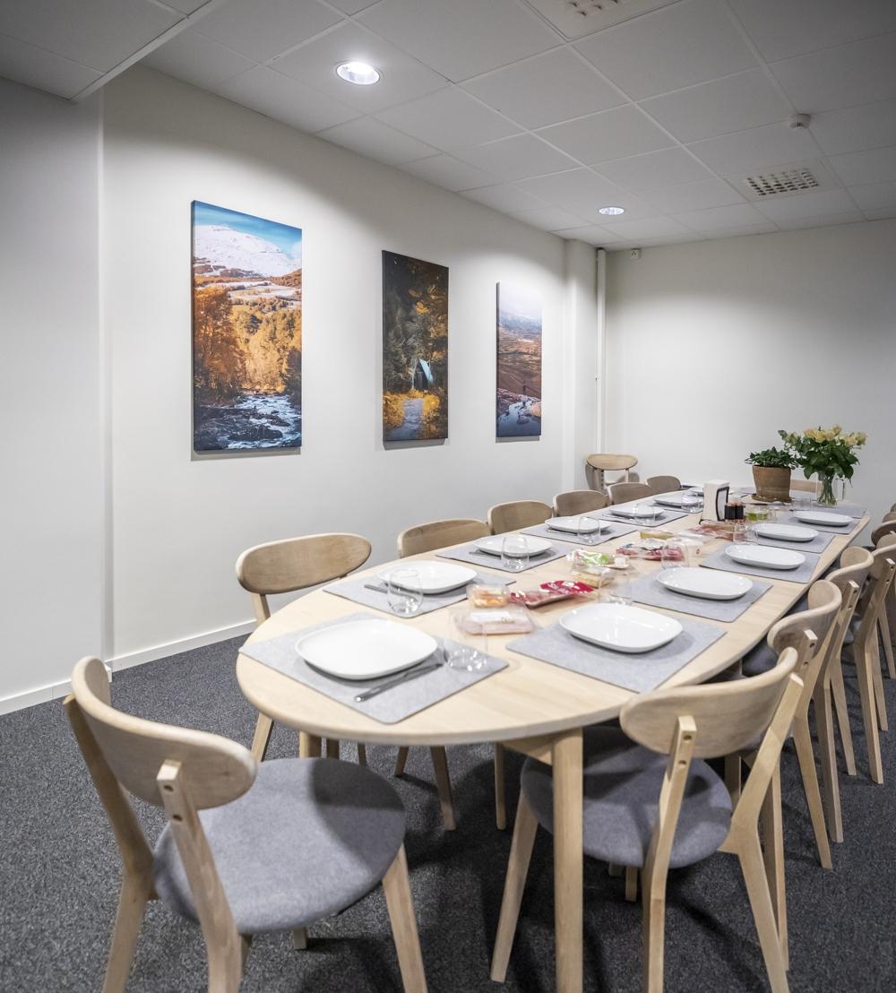 """Over spisebordet henger fra venstre """"Oppdal 1"""", """"Ristafallet 1"""" og """"Åreskutan 1"""""""