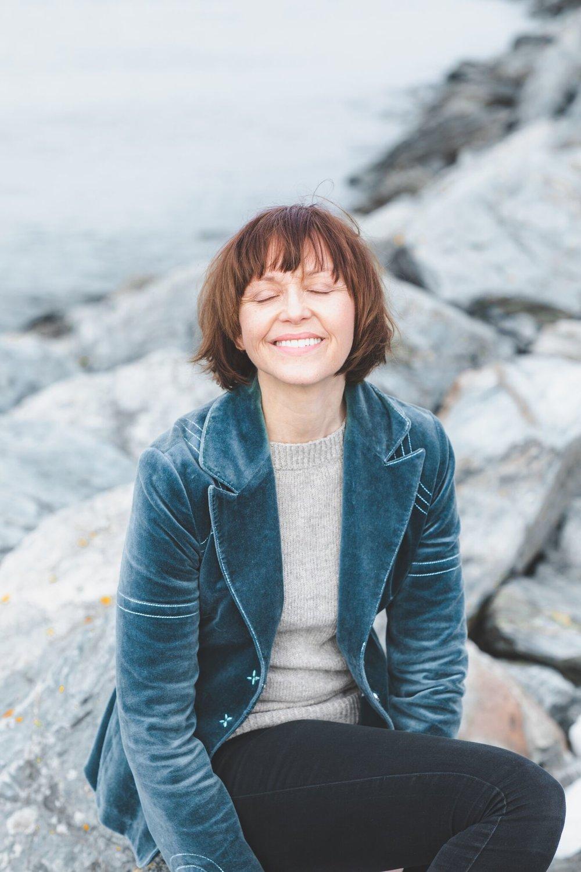Blant annet Hege Merakerås som er en helt enestående formidler av historier.   Hege er et menneske du blir glad av å være sammen med. Et smittende vesen med smil og herlighet omfavner hun deg og tar deg med inn i   Den gode historie! Ta en titt på resten av bildene vi tok av Hege på hennes hjemmeside.