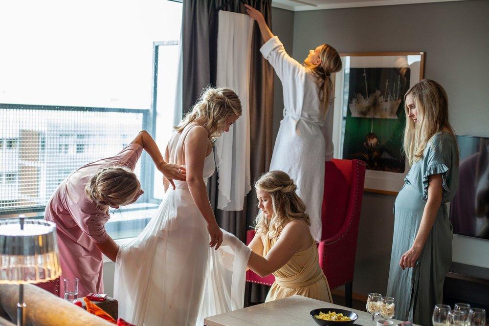 Fem fine frøkner gjør seg klare for en stor dag. Om jeg skal velge ut et av mine favorittbilder for 2018, så stiller dette høyt på lista!