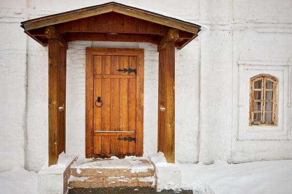 snowy_porch_and_wooden_door.jpg