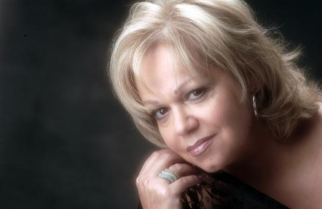 ALEXANDRA - Singer for more than 40 years, with a solid and recognised career nationally and internationally, joins now two great passions: music and gastronomy.