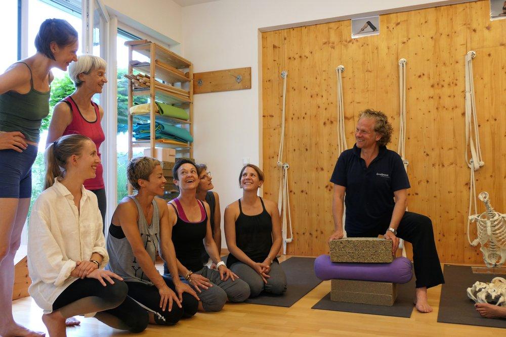 Christian Larsen 2017 mit Ausbildungsgruppe Medical Yoga und Spiraldynamik in Salzburg.