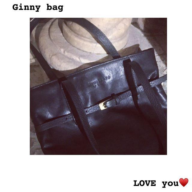 ...perché alla fine la semplicità è sempre sinonimo di finezza....pochi fronzoli attaccati sopra...solo una cinturina minimal con fibia dorata......what else? ♥️ we LOVE Ginny-Bag