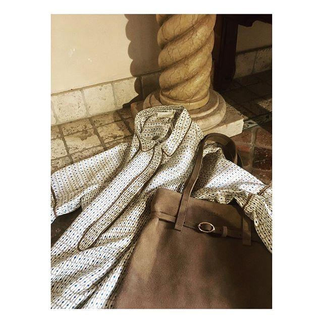 ...perché alla fine la semplicità è sempre sinonimo di finezza....pochi fronzoli attaccati sopra...solo una cinturina minimal con fibia dorata......what else? ♥️ we LOVE Ginny-Bag ... @somewhere.in.london , dress seta @momoni_official