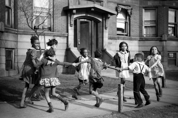 black kids at play in chicago. 1950s. https://mymodernmet.com/southside-chicago-great-migration/