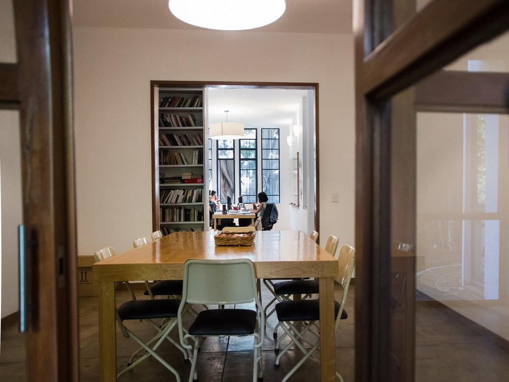MESA DE REDACCIÓN  Capacidad para 10 personas, mobiliario, proyector, audio, internet, pizarrón, internet y agua.