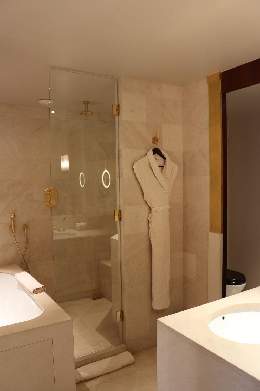 Park Queen bathroom (2014) | Park Hyatt Paris | Travelhappy Luxury Hotel Review
