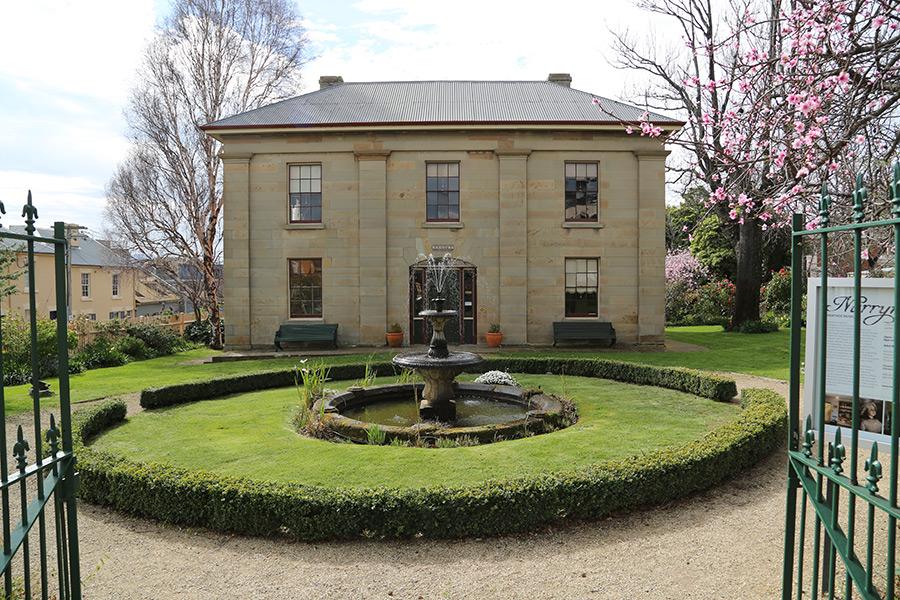 Narryna facade-fountain.jpg