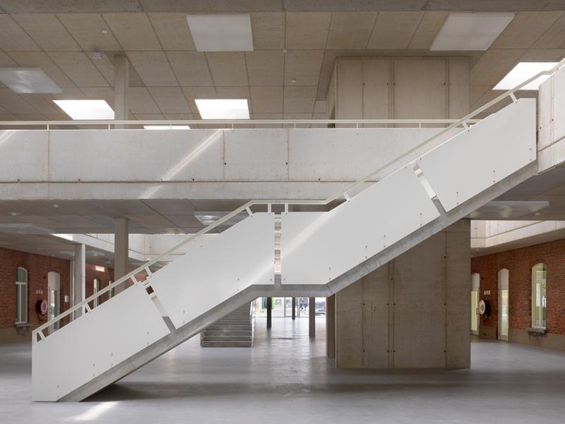 Interieurbeeld van de trappen- en bruggenstructuur.