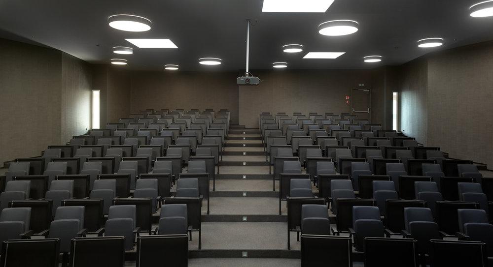 De campus is voorzien van een uitgebreide opleidingsinfrastructuur, zoals volledige auditoria.