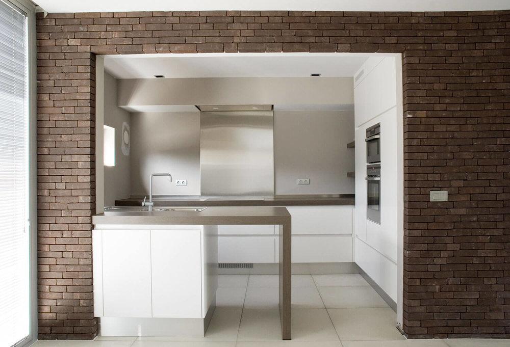 De keuken werd, ondanks de beperkte ruimte, voorzien van veel kookoppervlakte en opbergruimte.