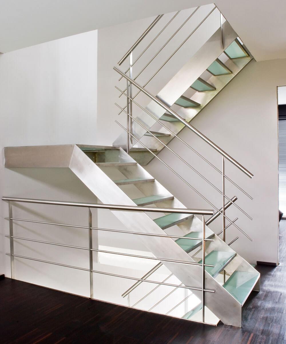De stalen trapstructuur loopt door tot op de bovenste verdieping.