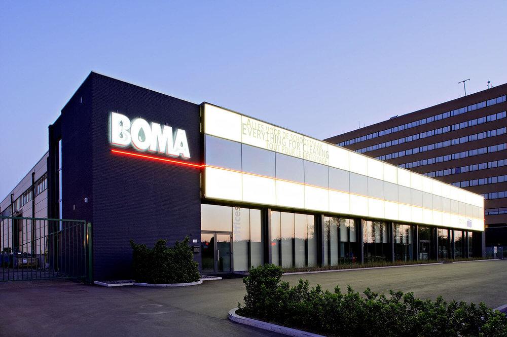 De verlichte buitengevel van het Boma-gebouw.
