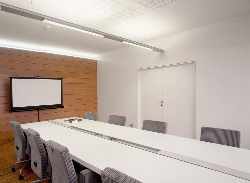 De vergaderzaal in het kantoorgebouw.