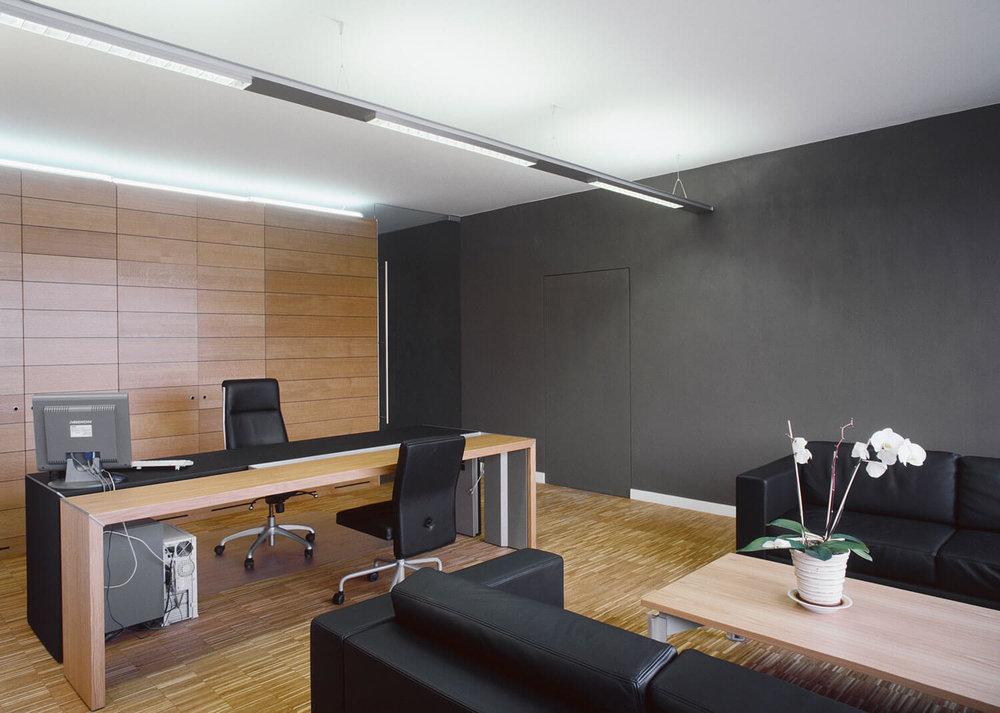 Een zeer ruim kantoor met een tijdloos design.