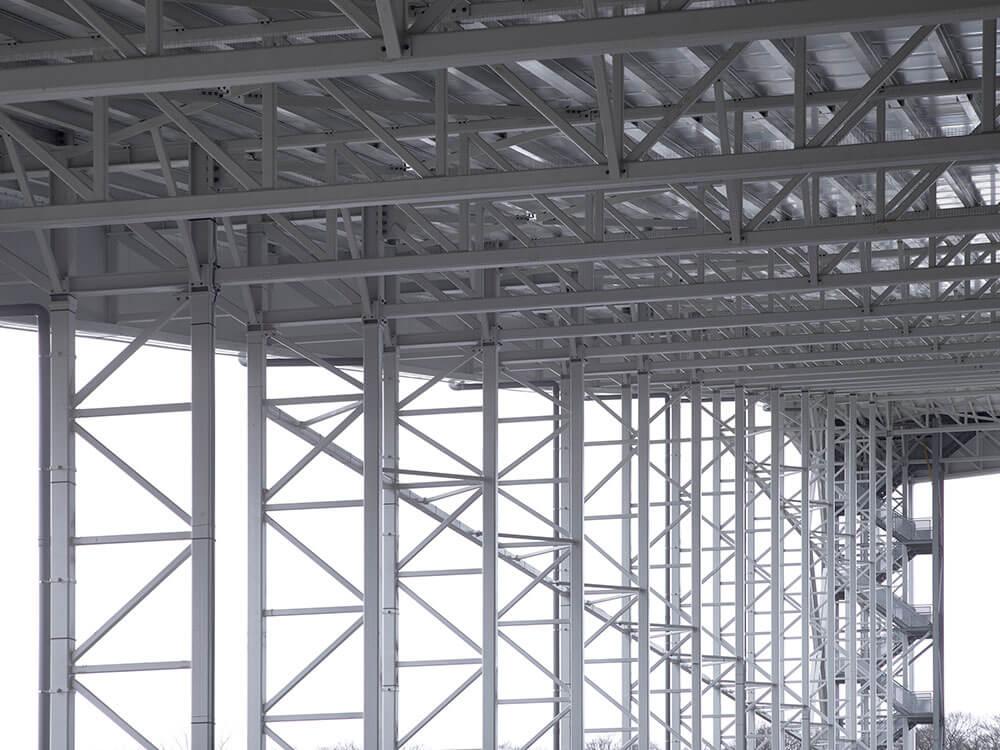 Detailbeeld van de staalconstructie die de schans staande houdt.