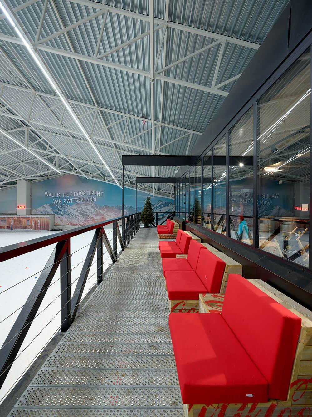 Aan de bar is een terras gekoppeld die een uitzicht op de sneeuwpiste verleent.