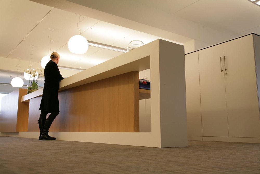 Op maat gemaakt meubilair geeft de kantoorruimte een unieke, tijdloze look.