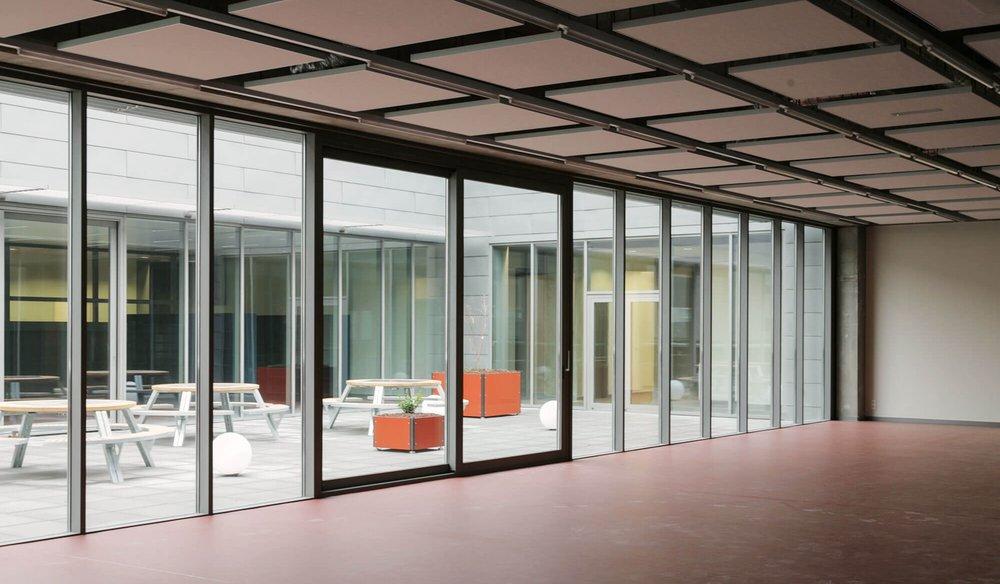 Het interieur is voorzien van verschillende akoestische platen om de akoestiek in de ruimten te optimaliseren met een minimum aan meubilair.