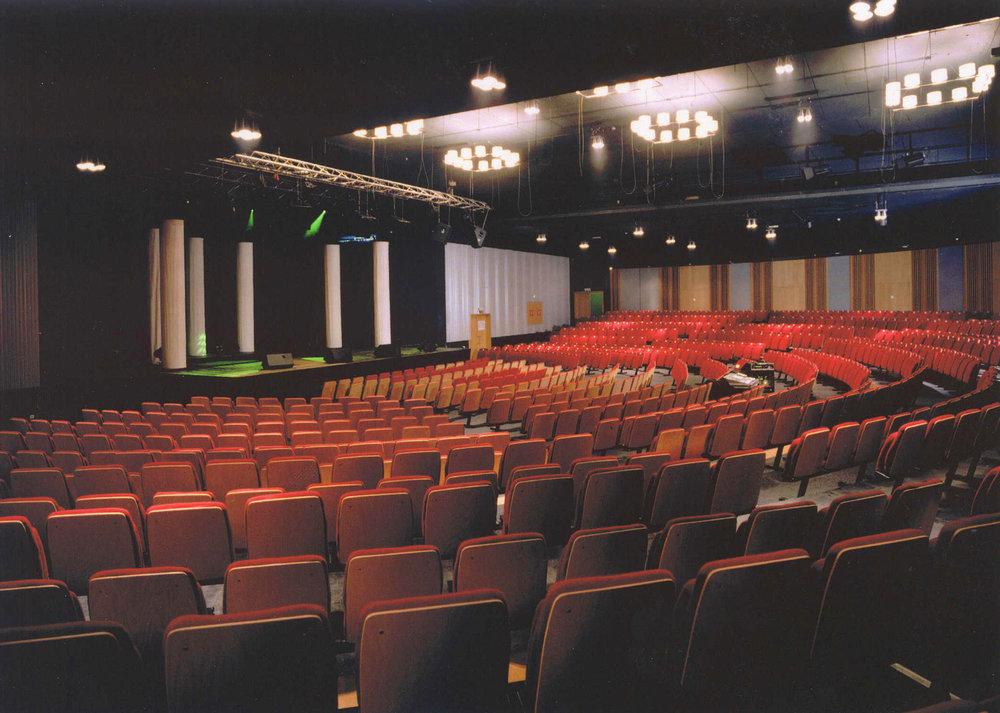 Een zeer ruime concertzaal voorziet elke toeschouwer van een goed zicht.