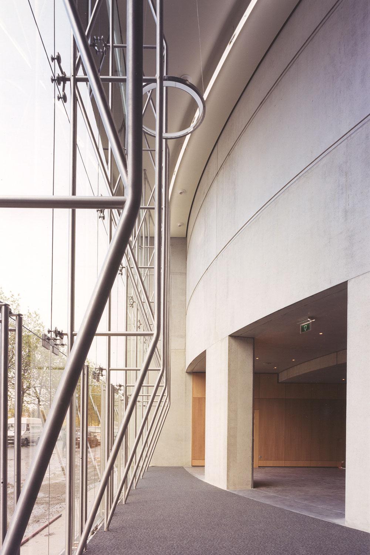 De constructie achter de glazen facade.