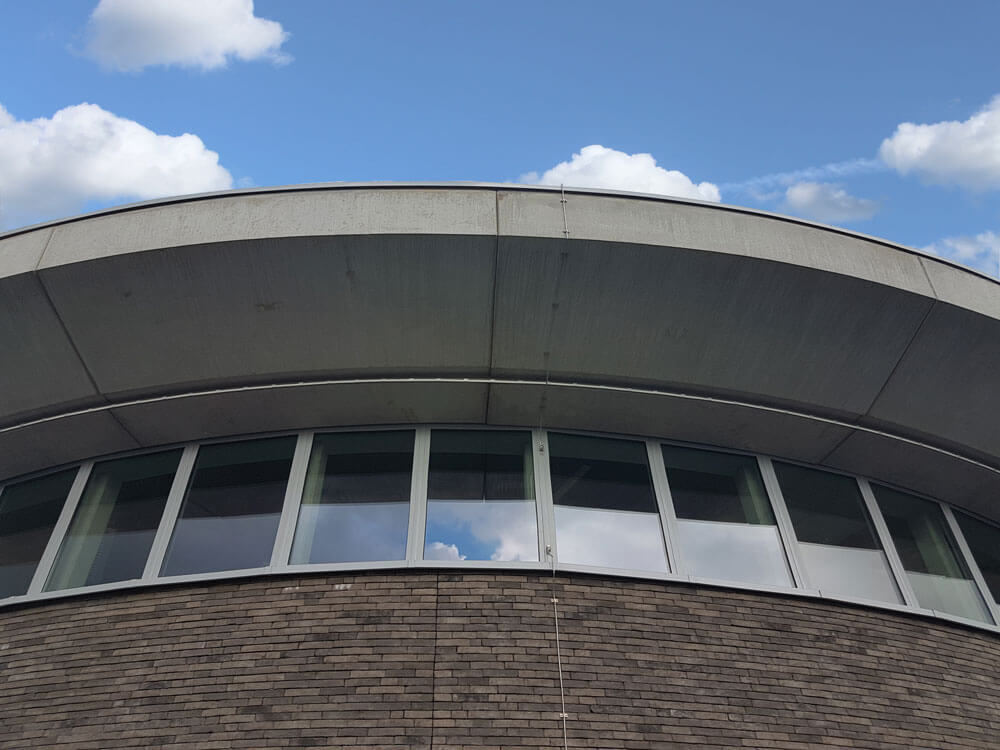 Detailbeeld van het betonnen dak en de raamconstructie.
