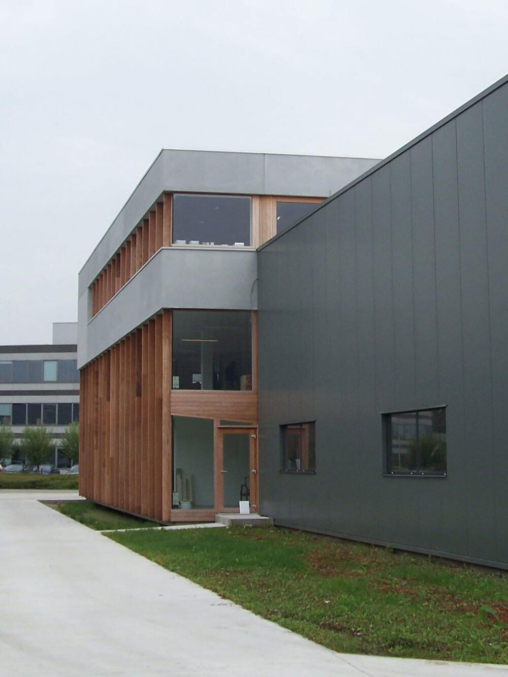 Door de verticale balkstructuur wordt de inkijk beperkt.