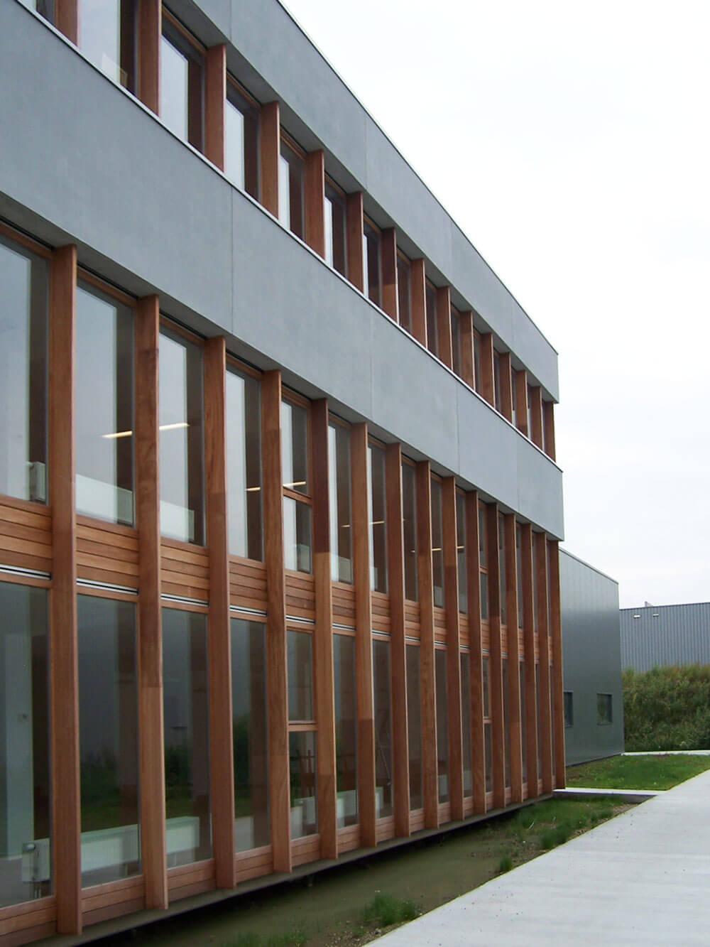 De gevel, bestaande uit de houten balkstructuur en raamvlakken.
