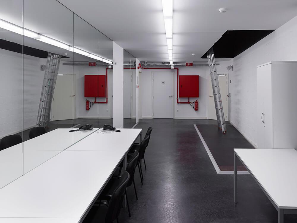 In de backstage ruimte worden grote spiegelvlakken voorzien.