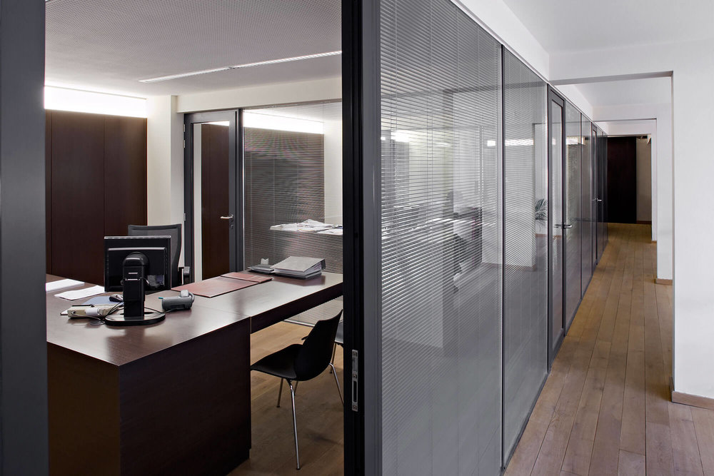 De kantoren worden zowel door middendeuren als een langslopende gang aan elkaar gekoppeld.