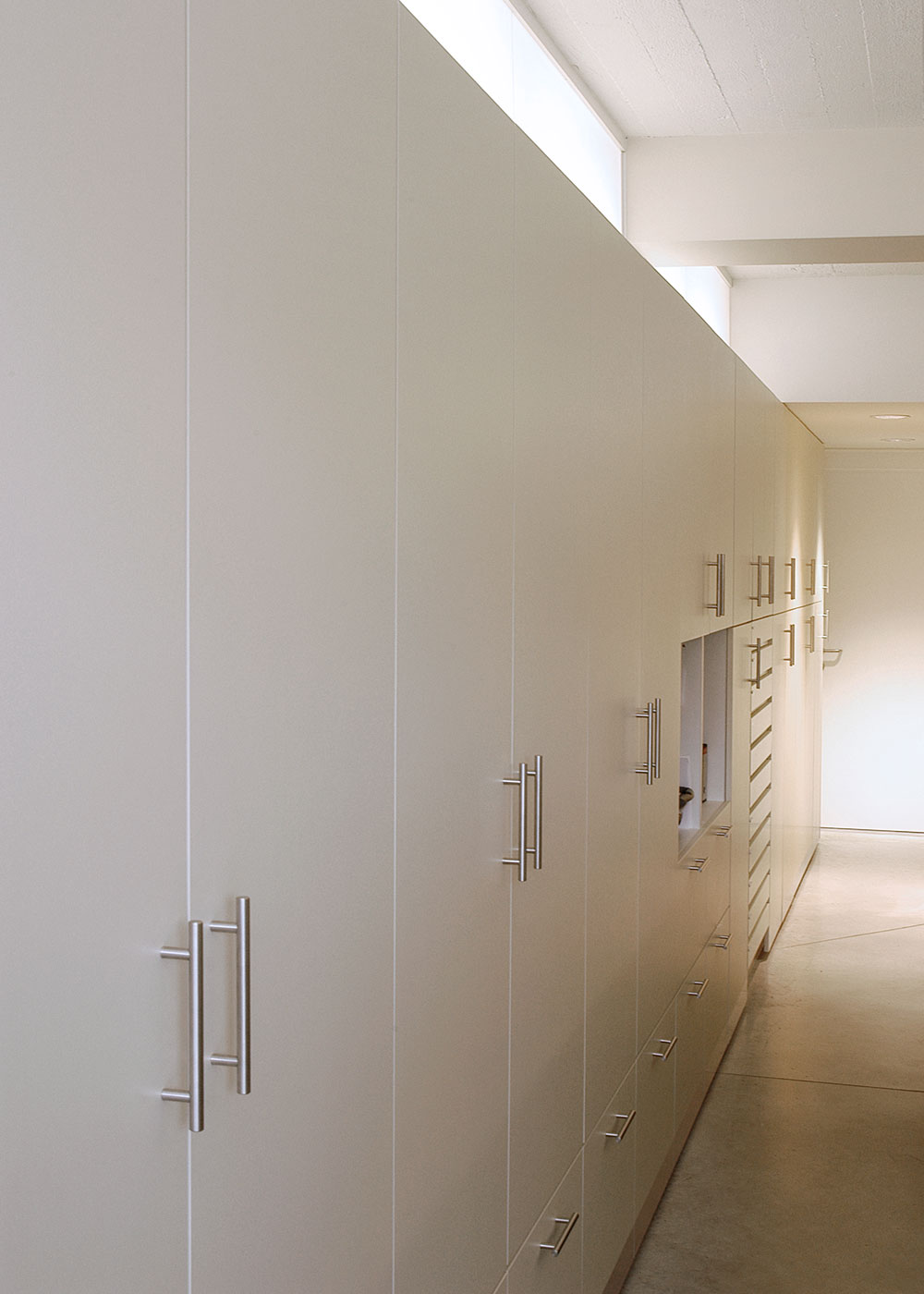 Apotheek-Debeule_Renovatie_Interieur_kastenwand.jpg