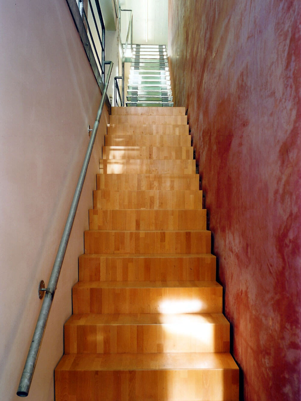 De trap naar boven ligt in het verlengde van de inkom