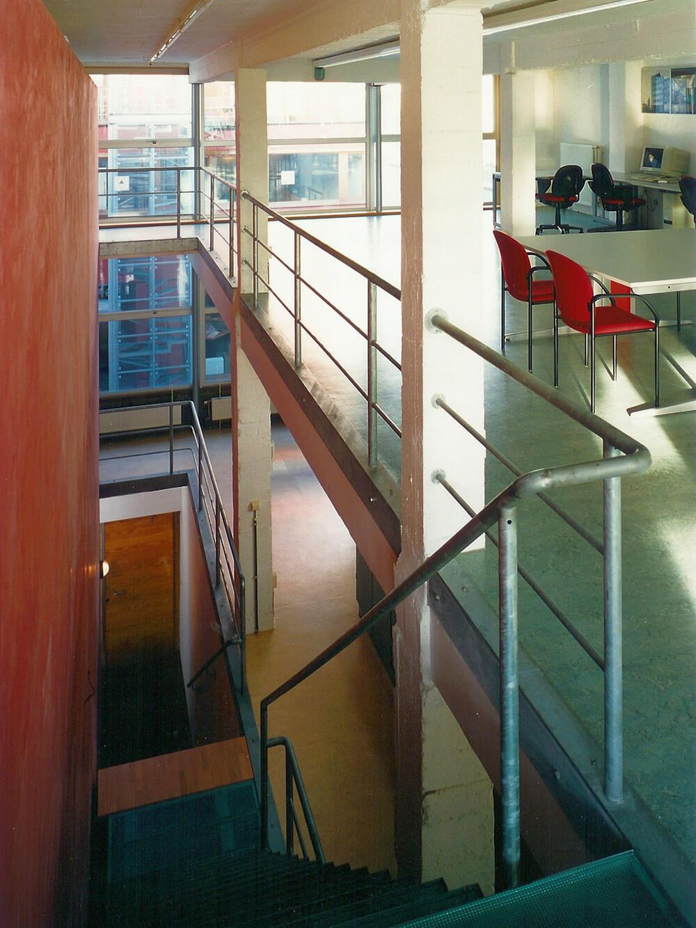 Zicht van de bovenste verdieping op de trap