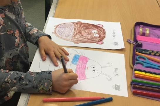 Børnene farvelægger figurerne og tegner selv en mund på, som symboliserer humøret.