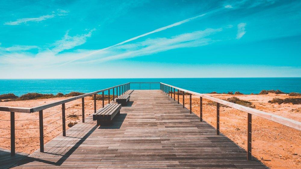 Praias - Uma extensa costa de 900 km, um verão duradouro e muitas horas de sol fazem de Portugal, um destino perfeito. Para além destas características ainda podemos encontrar a terceira melhor praia da Europa.