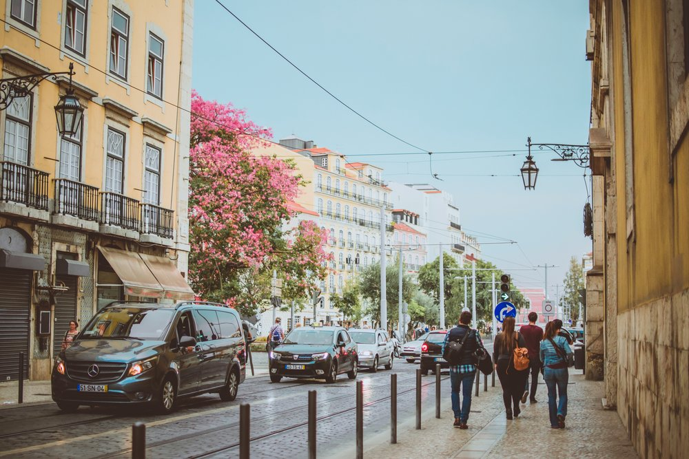 """Diversidade cultural - Por ser cada vez mais um país """"na moda"""", Portugal atrai cada vez mais turistas, podendo encontrar diversas culturas, idiomas e estilos. Os portugueses também são reconhecidos pela sua inconfundível hospitalidade, fazendo com que qualquer pessoa se sinta aceite e respeitada;"""