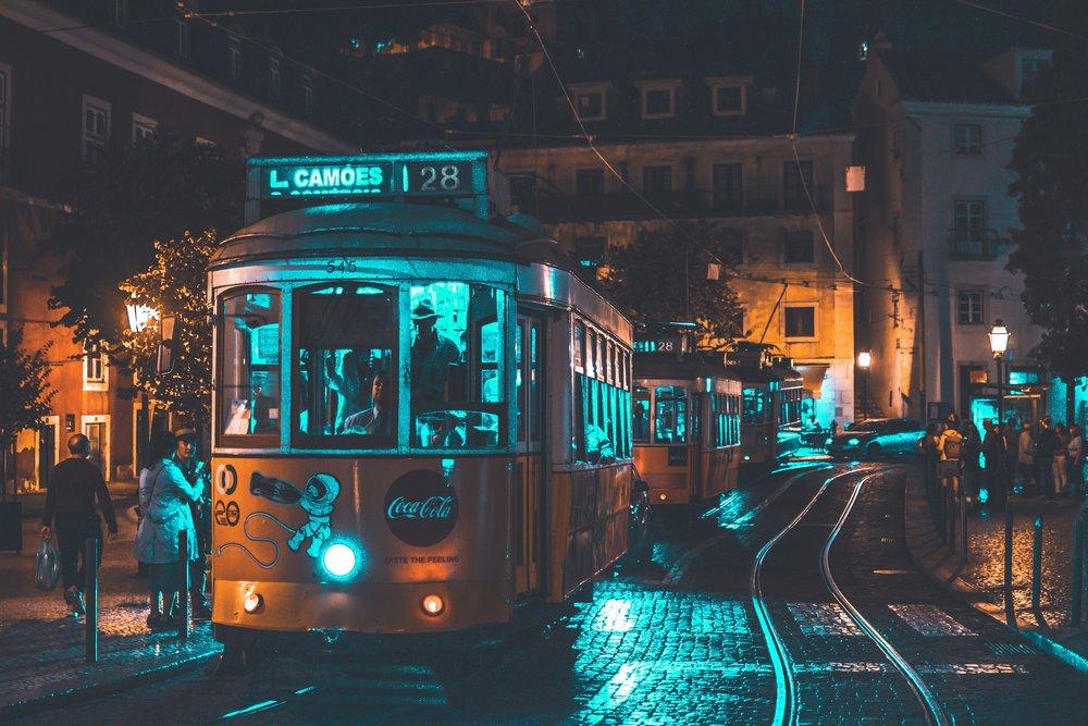 Transportes públicos - Portugal possui um bom sistema de transportes públicos que te leva para todo o lado, além de contar com outros transportes sustentáveis alternativos como carros, motas, bicicletas e até trotinetes, tudo eléctrico. Apela assim a uma deslocação eficiente e com inúmeras opções.