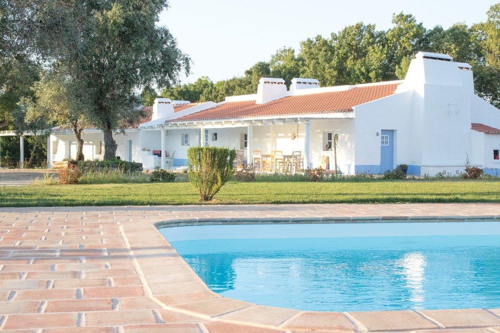 Monte Rural em Viana do Alentejo - Detalhes:Área Privativa: 260m2Área Total: 2,4 hectaresQuartos: 7 (Suites)WC: 1 (Comum)Kitchenette2 alpendres2 anexos (25m2 e 10m2) Parque para Cães (100m2)Preço: 750,000€