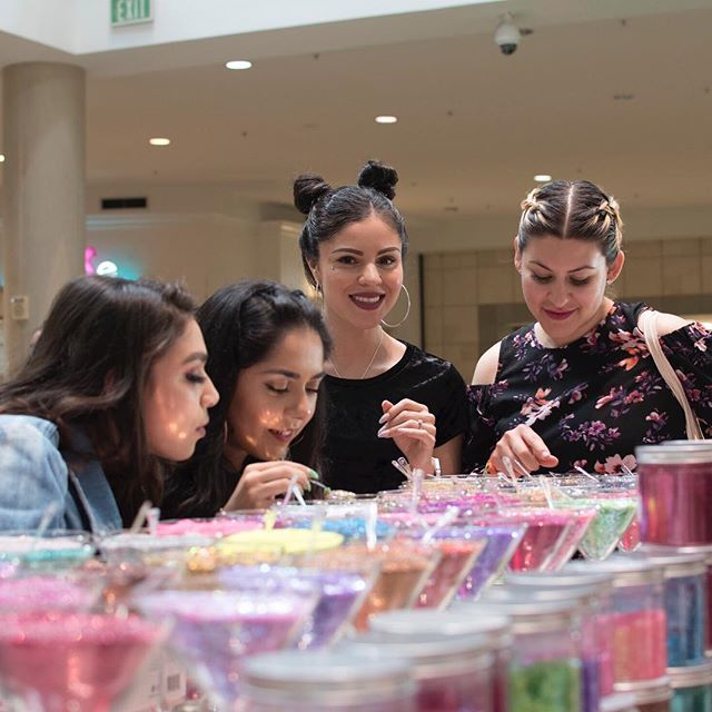 ✨ Glitter makes us feel that way too ✨ #GlowIRL #CosmeCon2019 #sanjose 📸: @pinchetiajuana