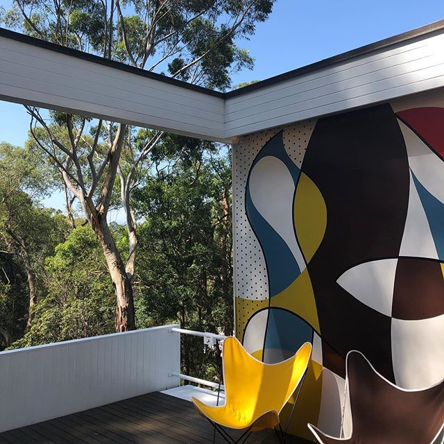 #sunkissed Elevation, open plan, starch-white facade, interplay betwen exterior and interior: there are many features of the wonderfully sunlit Rose Seidler House (designed by Harry Seidler for his parents Rose and Max in 1948) that remind one of Le Corbusier's Villa Savoye in Poissy. Yet the mid-century modernist Aussie beauty feels more welcoming, livable, playful; more shots and details from this incredible house in Stories. And shout out to Stuart from @modernistadelaide who made me discover this suburbian gem 🙌🏻 #modernism #iconichouses #midcenturyarchitecture #architecture #harryseidler #roseseidlerhouse #australianarchitecture #sydney #sydney_insta #sydney🇦🇺 #sydneymodernism #sundeck #design #designicons #charleseames #eerosaarinen