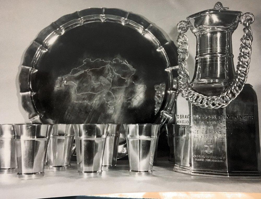 1955 - Bei der Genfer Gipfelkonferenz erhalten die Staatsmänner Eisenhower, Eden, Bulganin und Chruschtschow ein wertvolles Zinn- und Weinservice – gefertigt an der Langstrasse von Bourquin Uhren und Bijouterie.