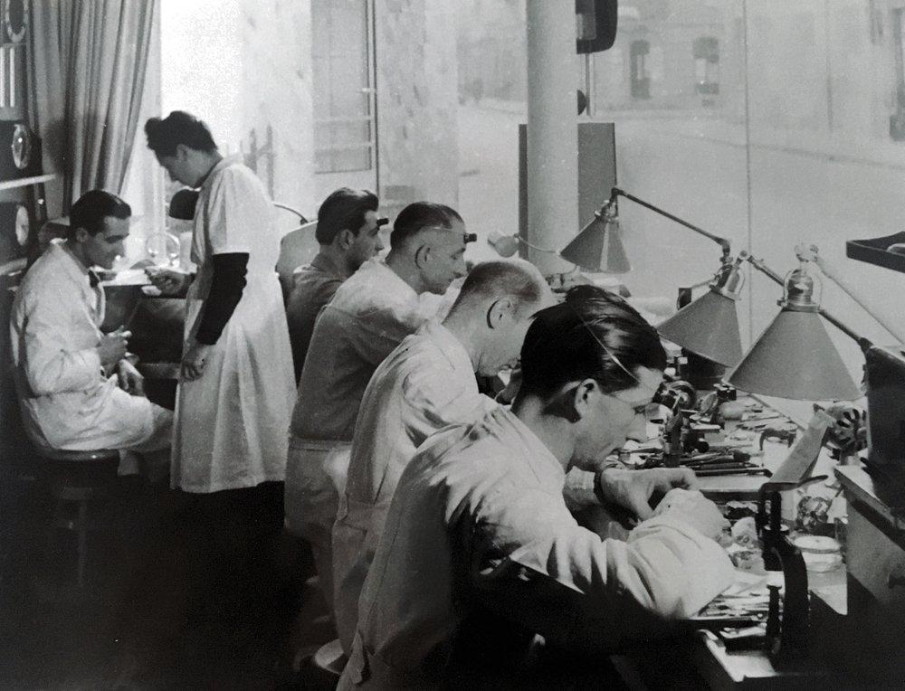 1939 - Ausbau des Uhrenateliers. Hier waren in den 40er Jahren bis zu vier Uhrmacher und ein Goldschmied tätig und das grosse Schaufenster bietet auch heute noch interessante Einblicke in die Kunst des Uhrmacherhandwerks.