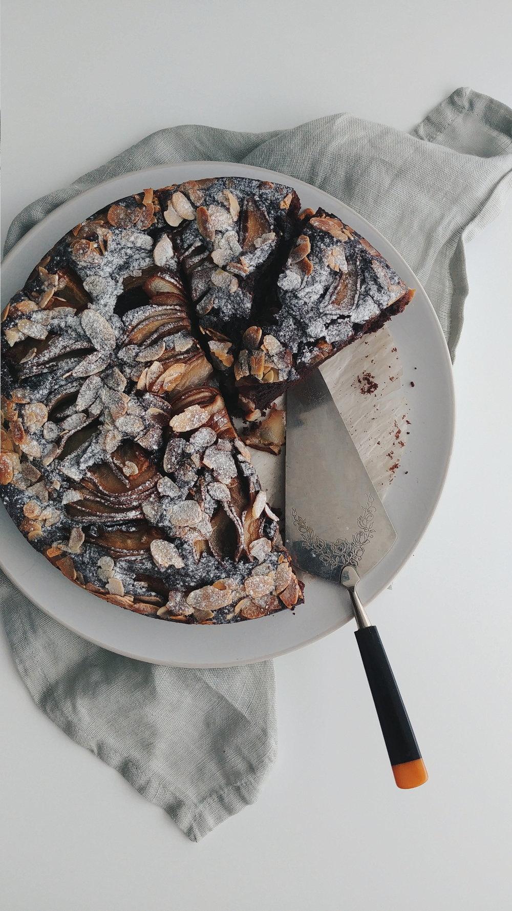 vegan chocoladecake met peer en amandelen