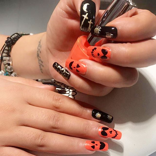 Halloween 🎃 #nailgoals done by Marjorie at Queen's House Salon. Swipe to see more! 👀 . . #nailart #nailswags #halloweensnails #naildesign #nailartist #nails💅 #manicure #halloweenmani #dubainailsalon #dubaihalloween #ladiessalon