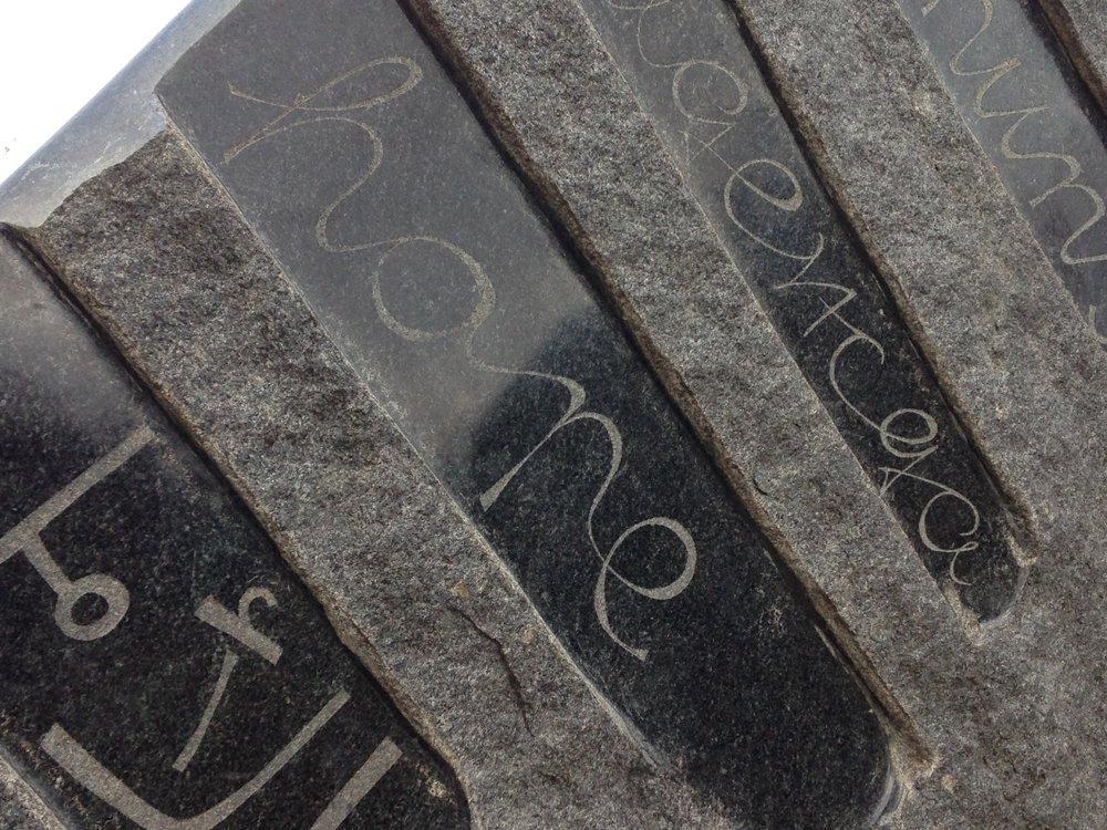 Stein im Tiergarten, Detail.