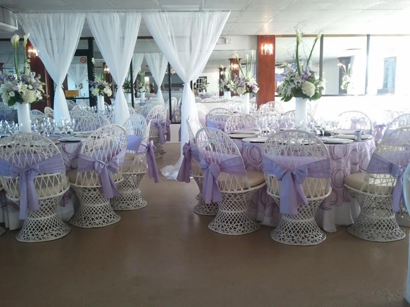 """Preparado con mesas y sillas - • 22 mesas y 220 sillas blancas en fiber glass.• 2 mesas media luna• 2 mesas rectagunlares 30""""x 60""""• 2 mesas redondas de 48"""" de diámetro"""