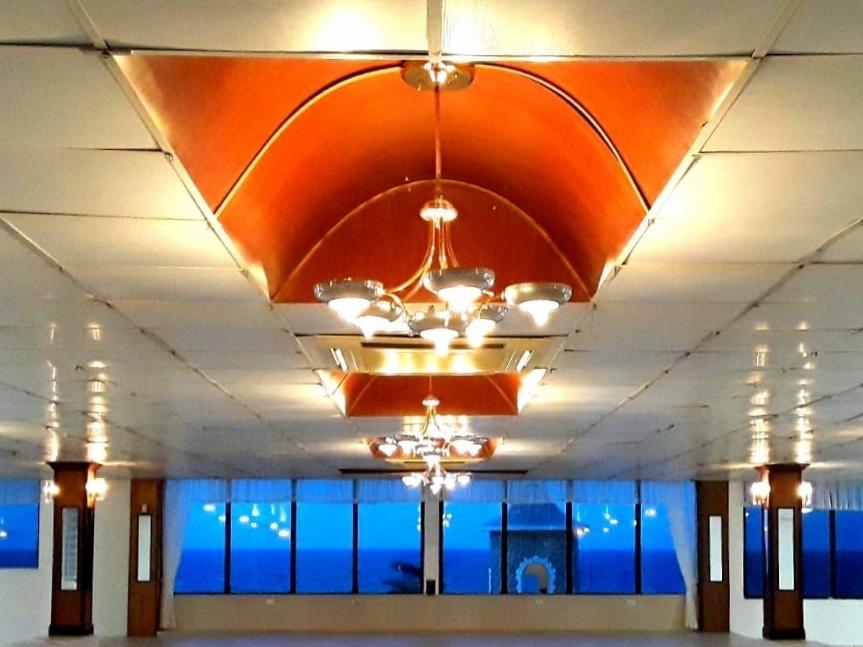 Iluminación y aire acondicionado - Lámparas y cortinas. Aire acondicionado hasta 6 horas antes del comienzo de la actividad.
