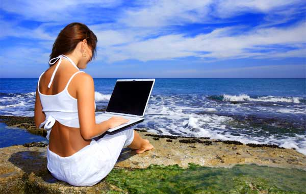 girl-laptop-beach